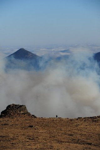 A hiker escapes the smoke of the wildfire by climbing up the Ute Trail on Tuesday. (Photo: Walt Hester)
